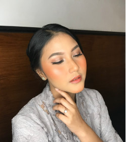 Portfolio-7-Make-up-for-graduation-Ms-Haney-cleney-oleh-acamakeupstudio-di-HelloBeauty