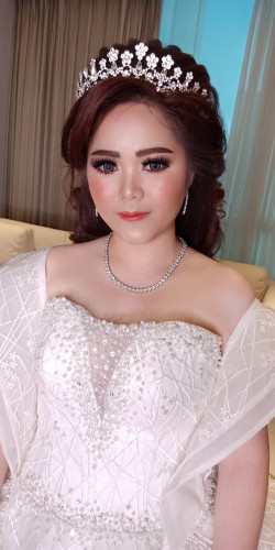 Portfolio-4-Night-Look-for-Ms-ClaudiaFoundie-by-makeupstoreindonesia-Powder-by-ran_cosmetic_indonesia-Eyelashes-by-artisanpro-Lipstik-by-femme_cosmetic-Blooming-peachVenue-by-midtownresidencesby-Hairdo-by-magdalenagunawan2-EO-by-gosyeneoPhotograp-oleh-Yuliana-Makeup-Atelier-di-HelloBeauty