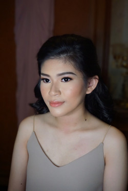 Portfolio-6-bridesmaid-makeup-for-Ms-Evi-oleh-Cindy-Hanly-di-HelloBeauty