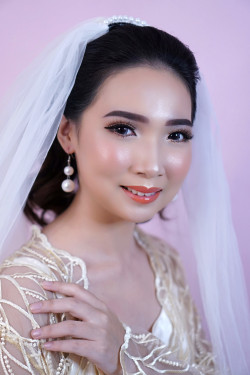 Portfolio-2-Flawless-Wedding-Make-Up-for-Combination-Skin-oleh-Missvee-Make-Up-di-HelloBeauty