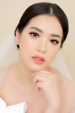 Portfolio-3-Flawless-Wedding-Make-Up-for-Monolid-eyes-oleh-Missvee-Make-Up-di-HelloBeauty