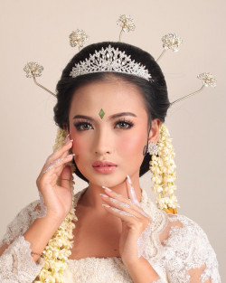 Portfolio-7-Simple-Sunda-Wedding-Makeup-LookAttiree-by-Akarenwedding-oleh-Kemuningpsmakeup-di-HelloBeauty