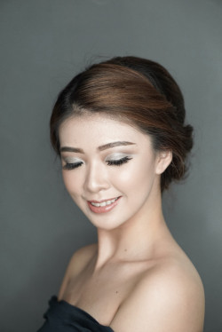 Portfolio-4-Glam-make-up-Up-do-for-party-graduation-oleh-Rency-Lie-di-HelloBeauty